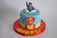Torta Superman: con topper 3D tra le nuvole, stemma e nome personalizzati e cintura supereroe che circonda la torta, in teramente modellati a mano