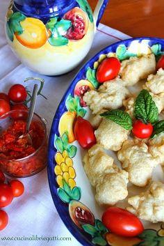 La ricetta campana per preparare delle perfette frittelle di baccalà accompagnate da un cutney di pomodori piccante