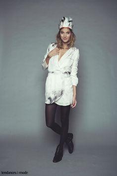 Robe blanche porte-feuille portée avec des boots noires à sangles - automne    hiver 2011 2012 Heimstone c477f740dff