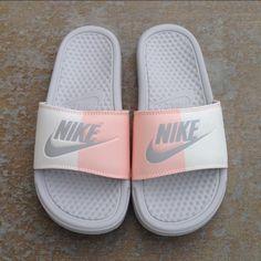 Nike Flip Flops, Womens Flip Flops, Nike Benassi Slides, Flip Flops Damen, Sneakers Fashion, Sneakers Nike, Sneaker Store, Cute Nikes, Hype Shoes