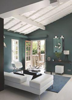 Peindre un plafond en lambris bois peinture blanche Transitional Home Decor, Transitional Living Rooms, World Of Interiors, Home Salon, Piece A Vivre, Blue Rooms, Blue Walls, Home Room Design, French Decor