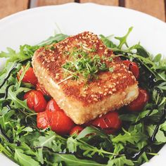 """Instagram media annekaffeekanne_ - Heute gibt's """"Schäfchen auf der Weide"""": Panierter Feta mit warmen Tomaten und Rucola.  Eigentlich wollte ich ja etwas ganz anderes kochen, aber dank des Feiertages heute gab es gestern Abend im Supermarkt überhaupt kein frisches Gemüse oder Obst mehr.  Vor Feiertagen werden die Leute wirklich völlig plemplem!  #annekaffeekannekocht#panierterfeta#tomaten#rucola#feta#vegetarisch#veggie"""