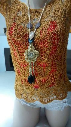 Feito por mim blusa com linha de seda e colar com crochê e couro