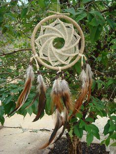 """Filtro dos Sonhos ou Dreamcatcher.  """"Mandala Espiral""""  Homniyan (Linguagem Dakota para Espiralado)      Totalmente artesanal, feito um a um com cuidado e carinho, esse Dreamcatcher é composto por um aro com 13 cm de diâmetro forrado com fio natural de juta.  O entrelaçamento especial dos fios que..."""