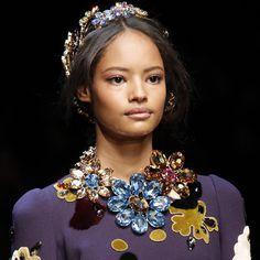 Les fleurs de cristal de Dolce Gabbana http://www.vogue.fr/joaillerie/tendance-des-podiums/diaporama/fashion-week-automne-hiver-2014-2015-tendances-bijoux-fw14/17758/image/979234#!tendances-bijoux-fashion-week-automne-hiver-2014-2015-dolce-amp-gabbana