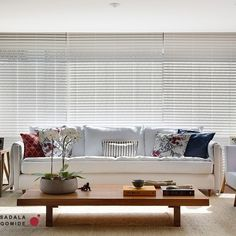 Os tons claros dessa sala refletem a luminosidade natural que o ambiente recebe. As almofadas coloridas em estampas diversas dão um tom tropical, bem carioca! @velhabahia @tramacasa #projetosaladagomide