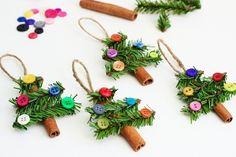 bâtons de cannelle, docrés de branches de pin et boutons en guise de boules de Noel, superbe décoration de noel à fabriquer