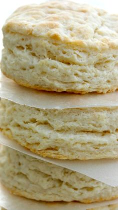 Copycat KFC Biscuits light, flaky and buttery. And guess what you can have these biscuits in 20 minutes, no kidding! Copycat Recipes, Bread Recipes, Cooking Recipes, Ark Recipes, Hamburger Recipes, Turkey Recipes, Biscuit Recipe, Biscuit Bread, Kfc Biscuit