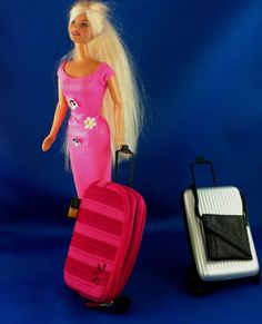 DIY Cell phone case converted to Barbie Doll suitcase and luggage Your dolls can go on all sorts of holiday adventures with these stylish, repurposed, functional luggage… Diy Doll Projects, Barbie Doll Accessories, Barbie Furniture, House Furniture, Barbie House, Barbie Dream, Fashion Advice, Barbie Dolls, Doll Clothes