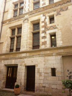 Maison du XVIe siècle dite de Marie Touchet. 22 bis rue du Pont Louis-Philippe Paris 75004 La maison n'est pas visible de la rue mais peut se visiter lors des Journées du Patrimoine...