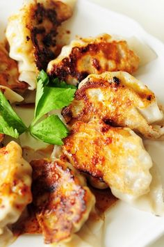 Potstickers are one of the classics in Chinese cuisine. They also make a wonderful, healthy freezer meal for a whole family. Here's a step-by-step guide to homemade potstickers. Chinese Cooking Wine, Chinese Food, Healthy Freezer Meals, Easy Meals, Asian Recipes, Healthy Recipes, Sweets Recipes, Delicious Recipes, Healthy Food