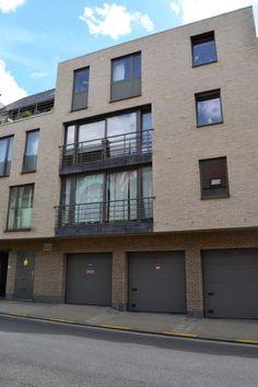 Appartement te koop in Geraardsbergen - 1 slaapkamers - 75m² - 127 500 € Op wandelafstand van het stadscentrum bevindt zich dit hedendaags appartement op de 1ste verdieping. Het beschikt over 1 slaapkamer, een lichtrijke leefruimte voorzien van vloerverwarming, een met en...