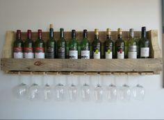 Groot wijnrek voor aan de wand! In het rek is ruimte voor een doosje wit en een doosje rood, twaalf flessen. En tien glazen om met vrienden te delen