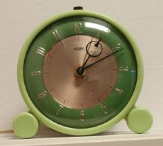 Look at the great shape of this vintage green bakelite clock. Vintage Clocks, Antique Clocks, Vintage Antiques, Vintage Items, French Antiques, Radios, Blog Art, Art Deco, Cool Clocks