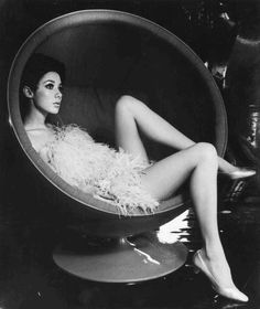Cradle yourself in retro-futurist comfort: Eero Aarnio's Ball Chair Mod Fashion, 1960s Fashion, Fashion Beauty, Fashion Mag, Bubble Chair, Lounge Music, Francoise Hardy, Ball Chair, Tim Burton Films
