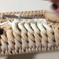 ― Vanessa Eduardoさん( 「Esse ponto é lindo demais 😍 .Looks like a slanted single crochet into the front loop of the row below. Try with publicaciones - Ve las fot Crochet Box, Crochet Basket Pattern, Crochet Stitches Patterns, Crochet Crafts, Crochet Projects, Knit Crochet, Single Crochet, Crochet Baskets, Tshirt Garn