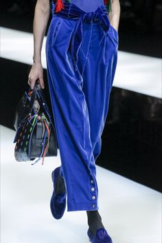 Giorgio Armani Fall 2017 Ready-to-Wear Accessories Photos - Vogue Fast Fashion, Look Fashion, Runway Fashion, Fashion Show, Fashion Outfits, Womens Fashion, Cute Casual Outfits, Pretty Outfits, Colorful Fashion