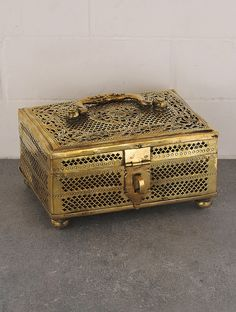 Vintage Brass Square Shape Jalicut Pandan x x Vintage Theme, Vintage Tins, Antique Boxes, Antique Gold, Vintage Coffee Signs, Stainless Steel Paint, India Home Decor, Model House Plan, Mirror Set