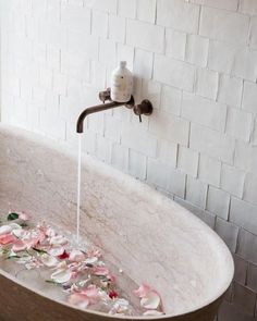 What a beautiful bath! We wish we had this waiting for us this evening but may try to recreate with a few rose petals. What a beautiful bath! We wish we had this waiting for us this evening but may try to recreate with a few rose petals. Bad Inspiration, Bathroom Inspiration, Fashion Inspiration, Entspannendes Bad, Modern Bathtub, Bath Time, Rose Petals, Hygge, Cheap Home Decor
