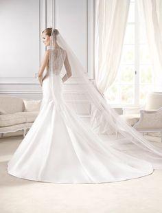 """Espalda del #vestido de #novia de la colección """"La Sposa 2015"""" con corte A, escote redondo y cola de capilla. Modelo EILINEL. chantu.es"""