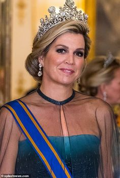 However Maxima's breathtaking tiara, named the Stuart tiara was certainly the pièce de résistance. Queen Maxima's tiara features one of the most important stones belonging to the Dutch royal family- a carat pale blue diamond. Estilo Real, Elizabeth Ii, Princess Diana Tiara, Kate Middleton Queen, Style Royal, Diamond Tiara, Royal Tiaras, Looks Chic, Royal Jewelry