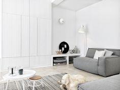 Witte stoere woonkamer met comfortabele loungebank.