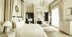 Intimement liée au Ritz Paris, Coco Chanel a décoré sa Suite elle-même. Un univers où le luxe se fait grâce et raffinement. On y retrouve son amour pour les laques asiatiques, les miroirs en bois doré et l'alliance du noir et blanc. Le Ritz Paris devient sa maison.