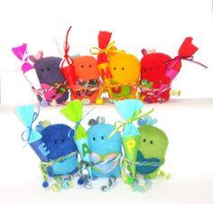 *Hurra, ich bin ein Schulkind!*    Das Set zur Einschulungsfeier - 1 Glücksbringer mit Minischultüte für das Schulkind + 10 Minitüten für die Dekoration oder als Mitgebsel für die kleinen Gäste.  Ein indivi...