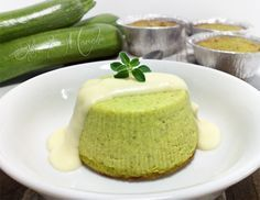Il flan di zucchine è un piatto semplice ed elegante. Arricchito da ricotta e parmigiano, è perfetto per essere utilizzato come antipasto a base di verdura.