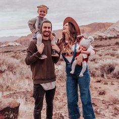 Trendy Photography Poses Family Of Four Baby Ideas Family Picture Poses, Family Picture Outfits, Family Photo Sessions, Family Posing, Family Portraits, Family Photoshoot Ideas, Couple Outfits, Summer Family Pictures, Baby Pictures