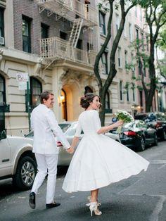 春はもう間近♡ 大人レトロ感を感じられるミモレ丈ウェディングドレスに大注目♡にて紹介している画像