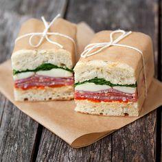 Brood met rucola, mozzarella en salami
