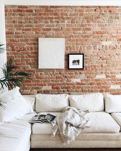 Rechauffer un interieur épuré avec un mur de brique