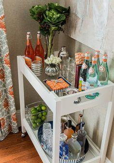 Decor: Mini Bar (via Bloglovin.com ) Blog Claudinha Stoco Diy Bar Cart, Bar Cart Styling, Bar Cart Decor, Bar Carts, Ikea Bar Cart, Styling Tips, Mini Bars, Bar Portable, Canto Bar