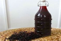 Jak připravit sirup a likér z bezinek | recept Korn, Hot Sauce Bottles, Food And Drink, Pudding, Drinks, Desserts, Lemon, Syrup, Flan