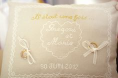 Mariage conte de fee vintage coussin alliances Wedding Cross Stitch, Photo Booth, Wedding Decorations, Conte, Inspiration, Products, Marriage Invitation Card, Cross Stitch, Ideas
