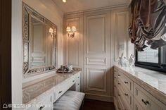 位於主臥床尾、收以暗門的機能空間,半開放式的化妝檯旁有著通往更衣間的主動線。