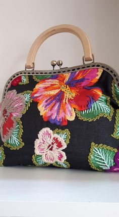 Flore bordadas My Bags, Purses And Bags, Embroidery Patterns, Hand Embroidery, Mexican Crafts, Vintage Underwear, Frame Purse, Creative Embroidery, Embroidered Bag