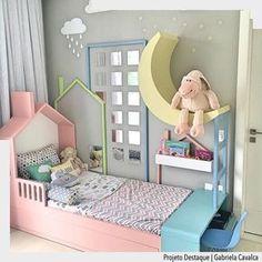 Linda inspiração de quarto em tons de candy color. Amamos a mesinha ao pé da cama e a combinação do enxoval. Por Gabriela Cavalca Ad #arquiteturadecoracao #adquartobebe #quartodebebe #olioliteam