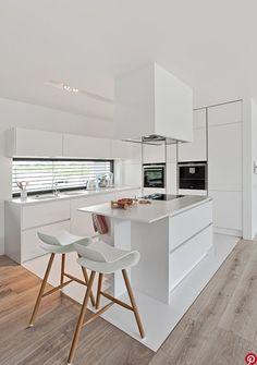 Lieu de convivialité par excellence, la cuisine s'habille de blanc aujourd'hui. Se mariant avec du bois, de la céramique ou entièrement monochrome, la cuisine se veut sobre et minimaliste. Nous avons sélectionné pour vous notre top 5 des plus belles cuisines blanches repérées sur Pinterest.