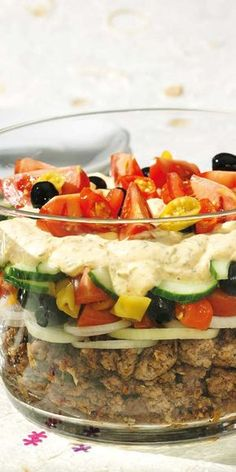 Greek layered salad- Griechischer Schichtsalat The hit at every party! Our layered Greek salad is simply prepared, looks great and tastes convincingly good. Lettuce Salad Recipes, Healthy Salad Recipes, Smoothie Recipes, Seven Layer Salad, Borscht Soup, Vegetable Drinks, Greek Salad, Healthy Eating Tips, Paleo Dessert