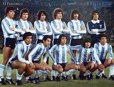 Foto de los jugadores del equipo de fútbol de Argentina que derrotó a Holanda 3-1 en la final de la Copa del Mundo en Buenos Aires,