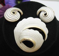 SILVERY-SPIRALS-BROOCH-and-Clip-On-EARRINGS-SET-Vintage-Goldtone-Enamel