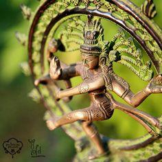 Cuenta la antigua leyenda acerca de la creación del Universo que #Shiva, al principio, se dividió en dos: Shiva, la parte masculina, y Shakti, la parte femenina, y entonces tuvo lugar su unión a través de la danza cósmica.  Las dos energías, a través de la danza y su llegada al éxtasis, vuelven a integrarse dando así lugar a la creación. El movimiento que origina la atracción entre estas fuerzas es el principio generador del universo.