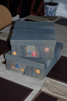 Com uma base de papelao ou mdf, coberta com jeans ... fica muito fashion!