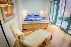 Das Schlafzimmer mit großem stabilen Doppelbett, Zugang in den Patio der Ferienwohnung