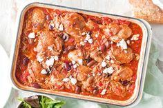 Υπέροχο μπούτια κοτόπουλου με κριθαράκι και ελιές σε σάλτσα ντομάτας στο φούρνο. Πασπαλίστε το φαγητό σας με θρυμματισμένη φέτα και απολαύστε ένα τέλειο πι