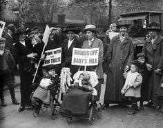 Fotos de la Primera Guerra Mundial: 99 aniversario del verano de su comienzo (IMÁGENES). 1916. Protesta en Reino Unido por el alza del precio de la leche durante la guerra.
