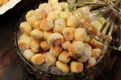 1. :2. Bata as claras em neve.3. Adicione as gemas, o açúcar e bata.4. Junte o queijo, o fermento e a margarina.5. Junte uma boa quantidade de farinha e comesse a amassar com as mãos.6. Vá