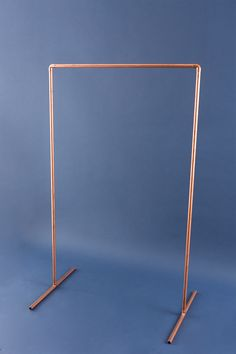 DIY This Copper Pipe Wardrobe in 15 Minutes - Brit + Co decoracion negocio DIY This Copper Pipe Wardrobe in 15 Minutes Deco Nouvel An, Diy Kleidung Upcycling, Spongebob Birthday Party, Decoration Evenementielle, Diy Home Decor, Room Decor, Garment Racks, Balloon Decorations, Birthday Party Decorations